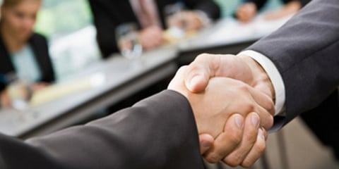 Schwacher Händedruck und fehlender Blickkontakt schmälern Jobchancen